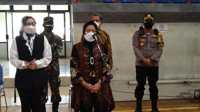 Mensos Risma Salurkan Bansos kepada Masyarakat Purwakarta yang Terdampak PPKM