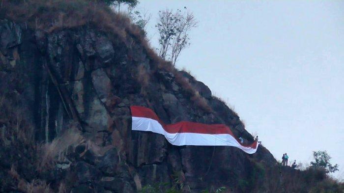Bertaruh Nyawa, Pemanjat Bentangkan Kain Merah Putih Raksasa di Tebing Gunung Kecapi Setinggi 500 M