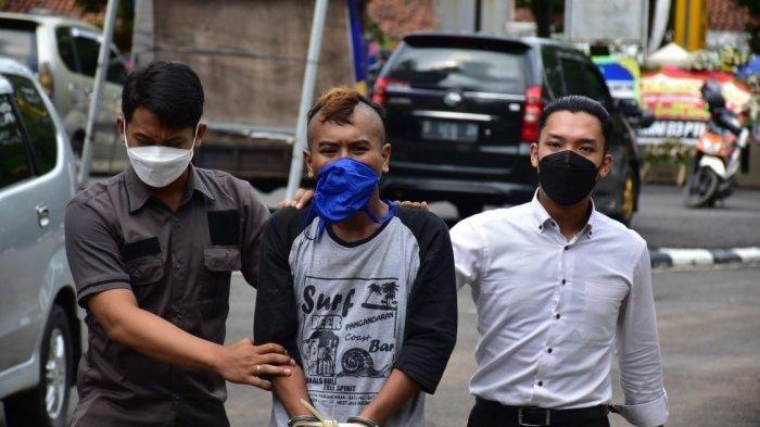 Pria Berambut Mohawk Disikat Polisi di Pangandaran, Ternyata Dia Buronan Kasus Pencabulan di Banjar