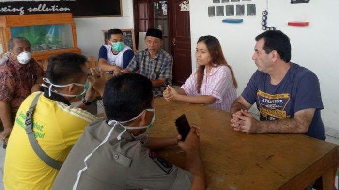 Pria Tua Asal Italia Tinggal di Sukabumi & Mengisolasi Dirinya, Berdiam di Rumah, Dia Negatif Corona