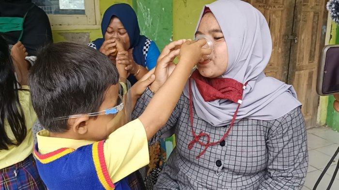 Momen Hari Ibu, Sejumlah Anak di Indramayu Lakukan Aksi Minumkan Jamu Kepada Ibu, Bikin Terharu