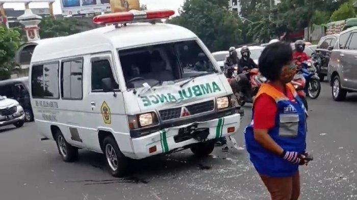 Waduh Emak-emak Tabrak Mobil Ambulans RS Elizabeth hingga Kaca Mobil Pecah dan Penyok di Semarang