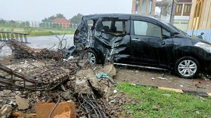 Mobil Toyota Avanza Milik Polisi Ringsek Tertimpa Reruntuhan Menara Masjid Islamic Center yang Roboh