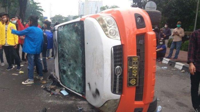 Lagi Makan Pempek Ditembak Gas Air Mata, Mahasiswa Rusak Mobil Polisi Saat Demo Tolak UU Ciptaker