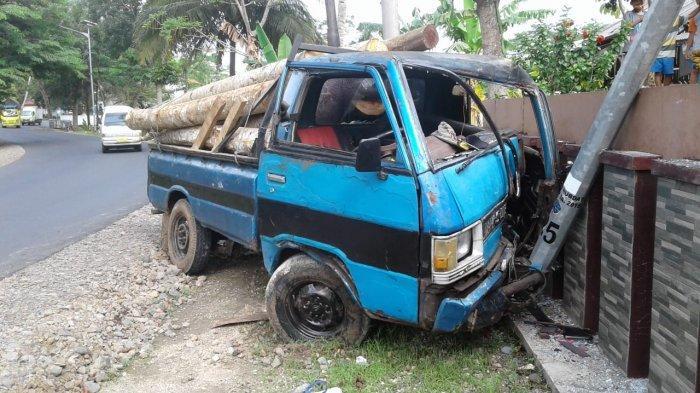 Mobil Pikap Bermuatan Kayu Oleng dan Hantam Tiang PJU di Pangandaran, Sopir dan Kenek Luka-luka