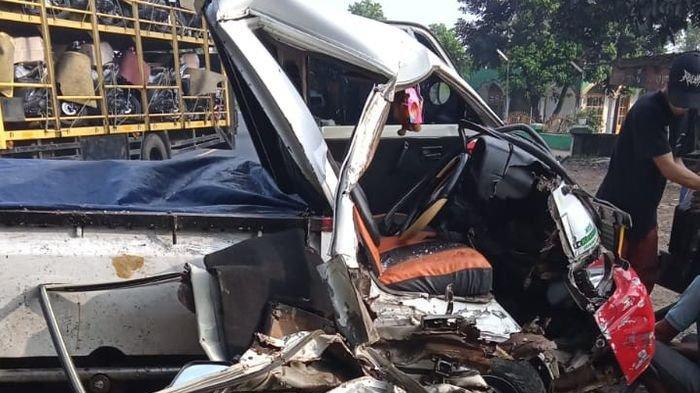 Mobil Pikap Tabrak Truk di Jalan Malangbong Garut, Sopir Pikap Terjepit Alami Luka Serius