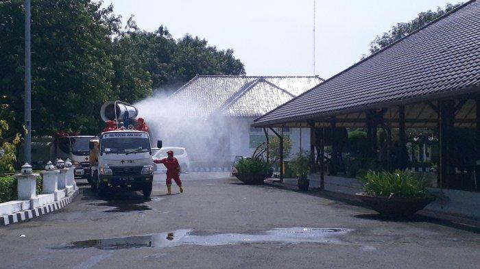 Mobil Spraying Gunner PMI Semprot Disinfektan di Jalanan Kabupaten Cirebon Sepanjang 139 Kilometer
