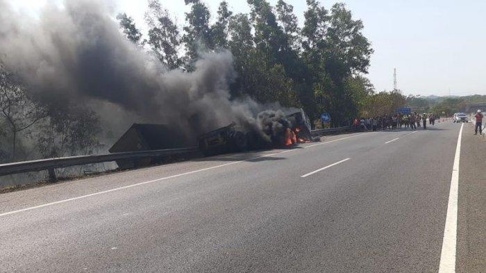 VIDEO - LAGI, Kecelakaan di Km 92 Tol Cipularang, Mobil Terbalik dan Terbakar