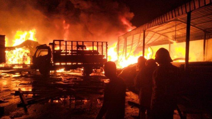 Mobil Truk & Sedan Ikut Hangus Terbakar dalam Gudang Peralatan Tambak Udang di Kabupaten Cirebon