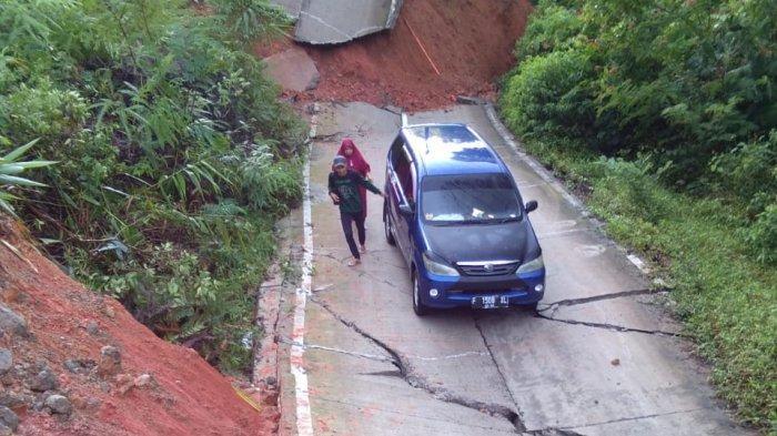 Tiba-tiba Jalan Raya di Cianjur Ini Terangkat Lalu Ambles 15 Meter, Mobil Xenia Terjebak di Tengah