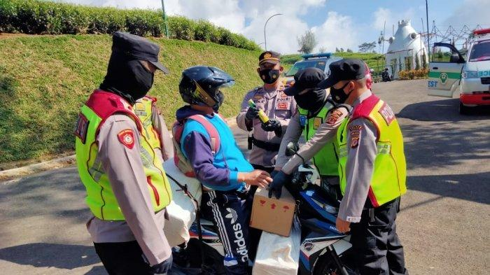 Apes Modus Ingin Mudik ke Subang, Pemotor Diperiksa Polisi di Penyekatan, Ternyata Bawa 7 Dus Miras