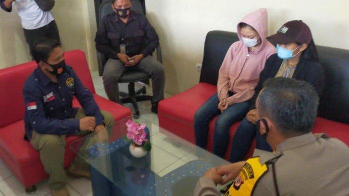 Ade dan anaknya, Monayuta, mendapat wejangan Kapolres Tasikmalaya, AKBP Hendria Lesmana, di ruang Unit PPA, sebelum pulang ke rumahnya, Selasa (8/9).