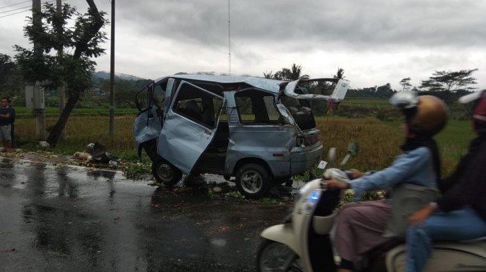 Mobil jenis Carry mengalami rem blong dan terlibat kecelakaan dengan menabrak sepeda motor yang berlawanan arah di Jalan Raya Cigasong-Maja tepatnya di Desa Kawung Hilir, Kecamatan Cigasong, Kabupaten Majalengka, Senin (22/2/2021).