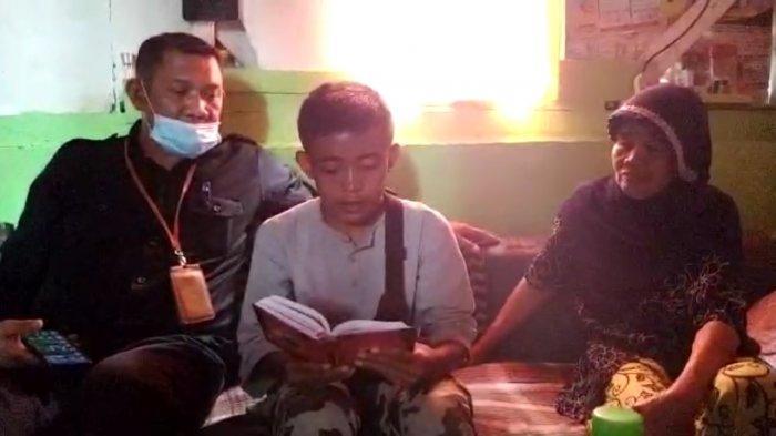 Kisah Hidup Akbar, Pemulung yang Membaca Alquran Saat Berteduh di Jalan Braga Bandung, Fotonya Viral