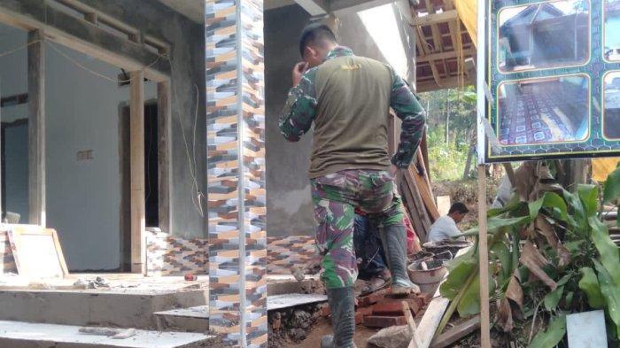 Mumuh Sumringah, Rumahnya yang Nyaris Roboh Sedang Dibangun TNI Majalengka dalam Program TMMD