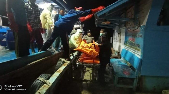 Petugas Medis Mengenakan APD Saat Evakuasi Jenazah Nahkoda Kapal Asal Indramayu yang Meninggal