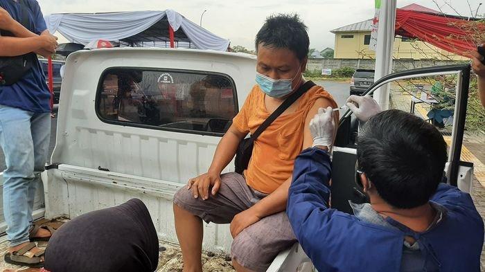 Pengendara Motor Pun Bisa Ikut Vaksinasi Drive Thru di Stadion Watubelah Cirebon, Ini Triknya