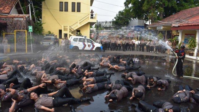 Naik Pangkat, 79 Personel Polres Cirebon Kota Disiram Mobil PDAM