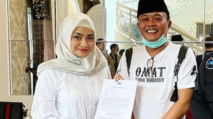 Nathalie Holscher mengunggah foto sedang memegang surat keterangan memeluk Islam dan menjadi mualaf, Selasa (22/9/2020). Saat itu Nathalie Holscher terlihat ditemani pelawak kondang Sule.