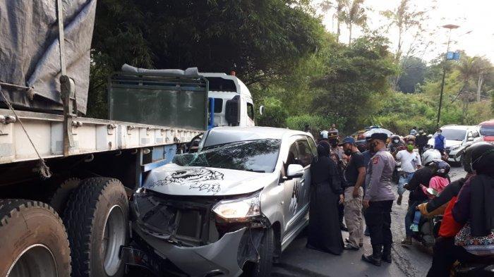 Mobil MPV Ringsek Ditabrak Wingbox Usai Nekat Nyalip di Tikungan Tajam Malangbong Garut