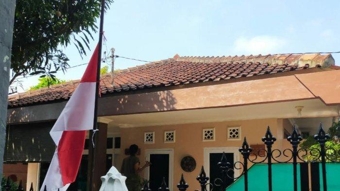 Mantan Komantan KRI Nanggala-402 Ini Tak Henti-hentinya Menangis dan Pasang Bendera Setengah Tiang