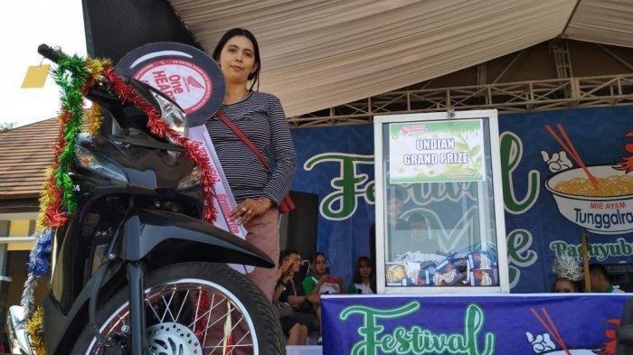 Neni Tak Menyangka Dirinya Dapatkan Hadiah Utama Festival Mi Bogasari 2019