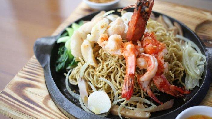 Cari Makan Siang Enak? Yuk Cicipi Nikmatnya Noodle Hot Plate Aston Cirebon