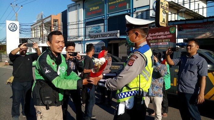 Apresiasi Polri, Sejumlah Pengemudi Ojol Beri Bunga ke Petugas Polsek Kedawung Cirebon