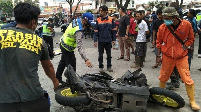 Baru Saja Terjadi, Pemotor Menghantam Truk di Depan Kantor KCIC Cimahi, Motor Ringsek, Korban Tewas