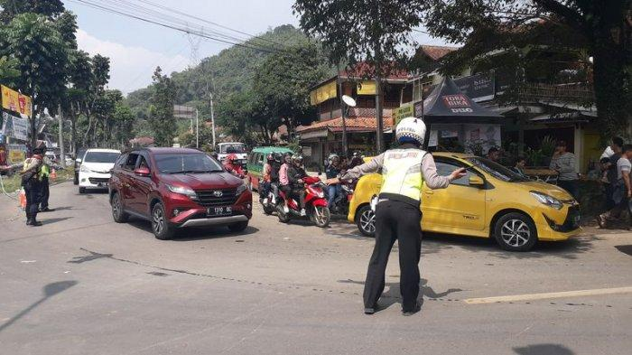 Arus Lalu Lintas Padat, Polisi Rekayasa One Way di Jalur Wisata Bandung Selatan