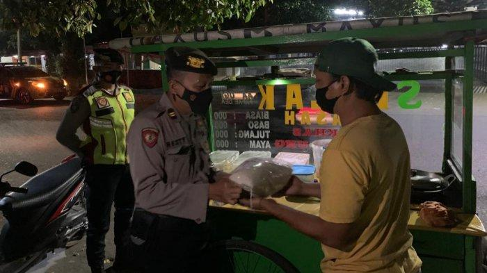 Polisi ke Tukang Seblak di Cirebon: Bapak Saya Kasih Sembako tapi Tutup Dulu ya, Besok Jualan Lagi