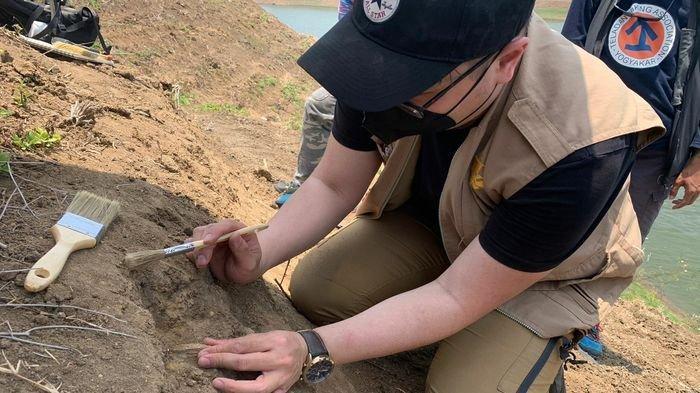 Paleontolog dari berbagai perguruan tinggi saat melakukan penelitian di lokasi penemuan benda yang diduga fosil hewan di bantaran Waduk Saguling, Kabupaten Bandung Barat (KBB), Minggu (10/10/2021).