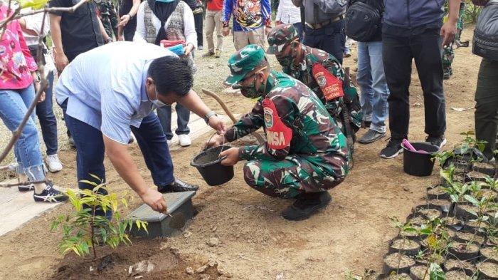 Pangdam III /Siliwangi Sebar Bantuan Sembako dan Menanam Pohon Damar di Kuningan