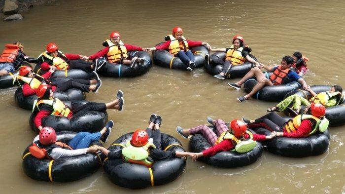 Wisatawan saat menikmati papalidan alias river tubing di Aliaran Sungai Cisanggarung, Desa Sukaimut, Kecamatan Garawangi