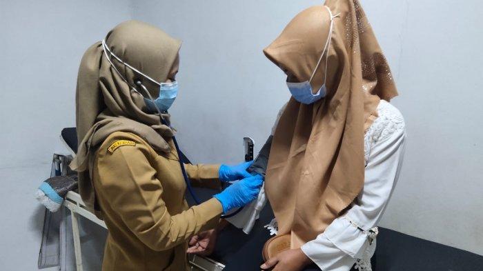 Para Pekerja Pabrik Perempuan di Indramayu Dipasangi Alat Kontrasepsi KB Gratis