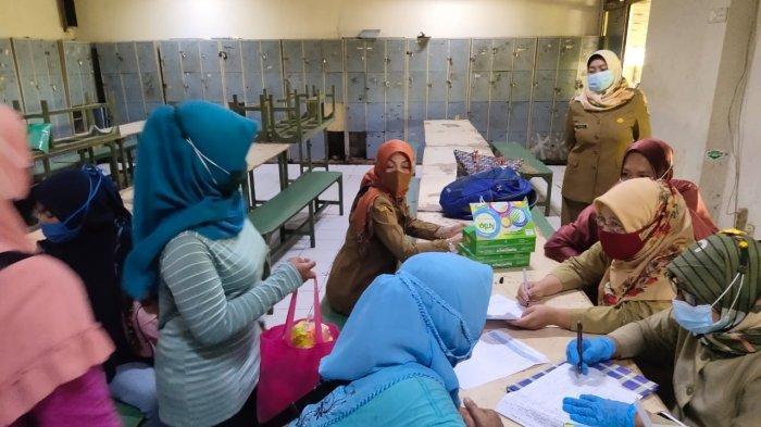 Para pekerja perempuan di PT Java Seafood di Kecamatan Kandanghaur saat mendapat pelayanan kontrasepsi, Selasa (4/5/2021).