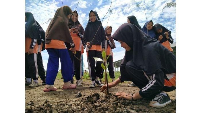 Penanaman Pohon dan Bersih-bersih Pantai Plentong Indramayu Jadi Upaya Ciptakan Pahlawan Lingkungan
