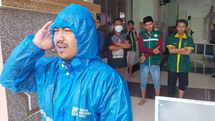 Imbas Ada Menara Roboh, Pengurus Masjid Islamic Center Indramayu Kumandangkan Azan Saat Hujan Deras