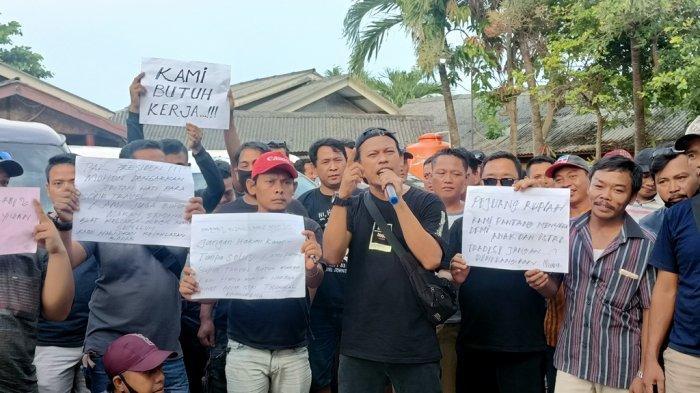 Para sopir travel di Cirebon dan Indramayu saat meluapkan isi hati soal larangan mudik lebaran 2021 di wilayah Kecamatan Juntinyuat, Kabupaten Indramayu, Jumat (7/5/2021).