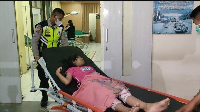 Para warga yang alami keracunan makanan saat dibawa ke RSUD Indramayu, Senin (11/10/2021)