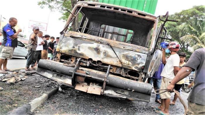 Pria Berlari dengan Tubuh Terbakar dan Kekasihnya Nyaris Terlindas Truk dalam Kecelakaan di Medan