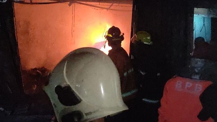 Petugas masih berusaha memadamkan api yang membakar sejumlah kios di Pasar Cigasong Majalengka, Rabu (19/5/2021).