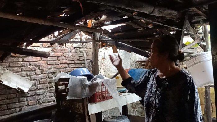 Pasutri jompo tinggal di rumah gubug di pusat kota Indramayu di Jalan Talang Tembaga, Kelurahan Lemahabang, Kecamatan/Kabupaten Indramayu, Kamis (2/9/2021).