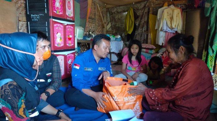 Suami Istri Sepuh di Sumedang Tinggal di Gubuk Reyot Nyaris Ambruk dengan 7 Cucu dan 1 Anak Angkat