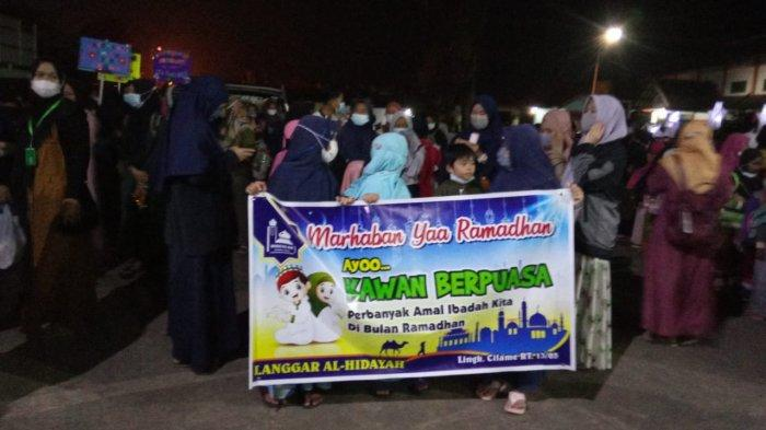 Sambut Bulan Suci Ramadan 1442 H, Warga di Kuningan Pawai Obor Keliling Kampung Sambil Bersholawat