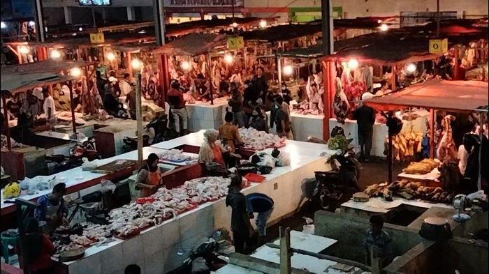 Jelang Lebaran, Pengunjung Pasar Tradisional di Kuningan Membludak, Petugas Sulit Mencek Suhu Tubuh