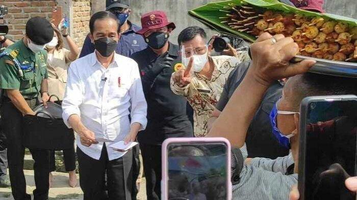 Teriak Panggil Presiden, Pedagang Sate Semringah Jokowi Borong Dagangannya, Tambah Amplop dari Camat