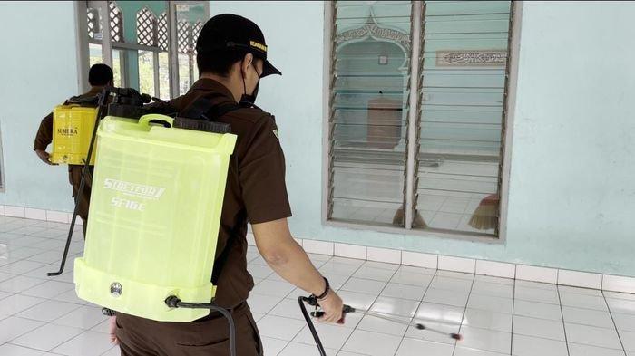 Pegawai Kejaksaan di Majalengka Alih 'Profesi' di Tengah Pemberlakuan PPKM Darurat