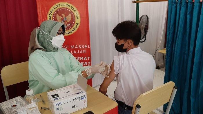 Kaum Milenial Antusias Ikuti Vaksinasi Dosis Kedua di SMAN 1 Beber Kabupaten Cirebon