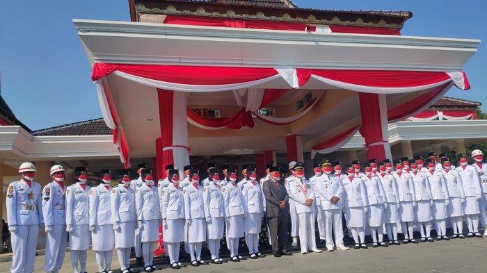 Pelaksanaan Upacara Bendera Memperingati HUT ke-76 RI di Gedung Pendopo Majalengka, Selasa (17/8/2021).